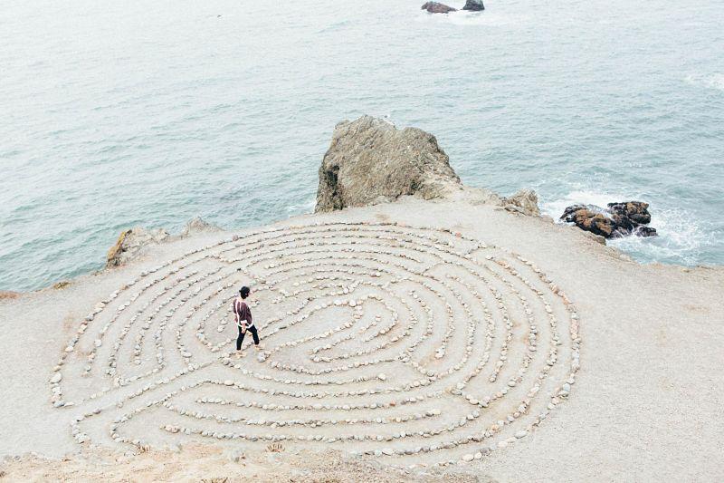 In der Kakao-Zeremonie Ruhe in dein Gedanken-Labyrinth bekommen.