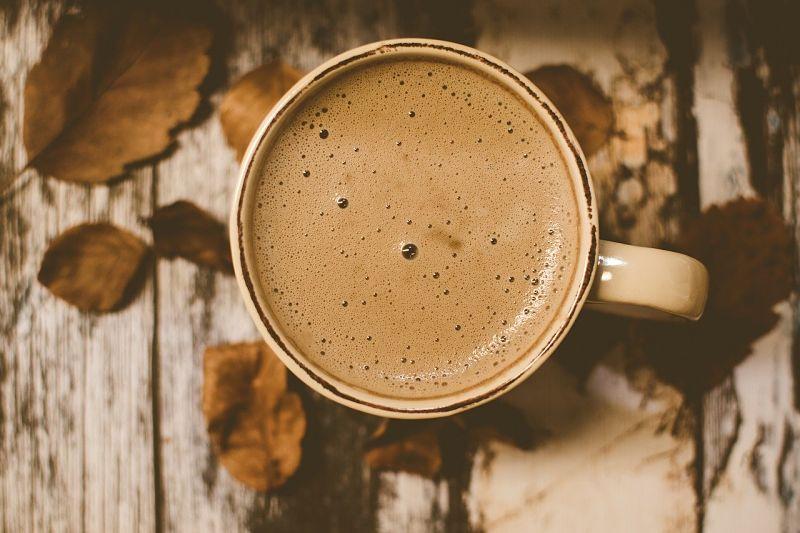Kakao mit Pflanzenmilch trinken.