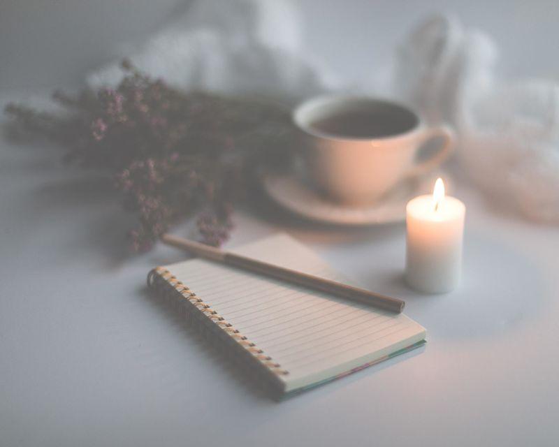 Stift und Papier zum Schreiben nach der Kakaozeremonie.