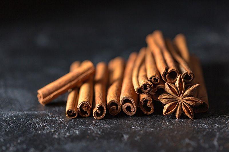Kakao mit Gewürzen wie Zimt und Anis verfeiern